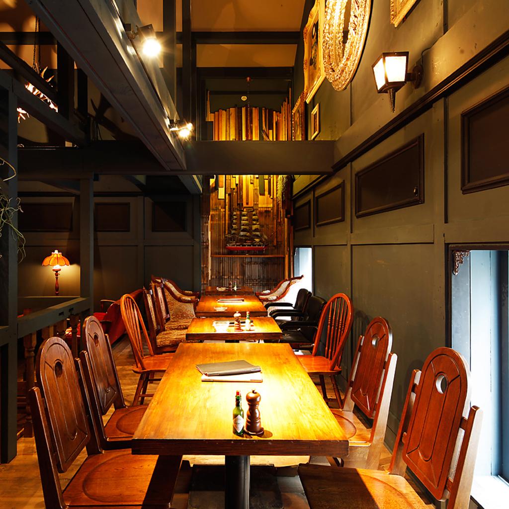 窓際席はテーブルを繋げると16~20名迄OKで中規模宴会にもピッタリ♪壁面を飾る絵の装飾も見物です!