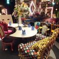 【メインテーブル】おもちゃ箱をひっくり返したようなカラフルな様々なかわいい椅子たち★