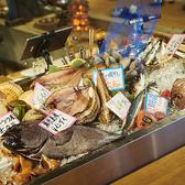 入り口に入ると、食欲をそそる沢山の魚貝棚がオープン!