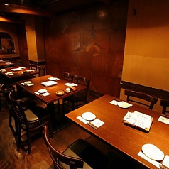 【2~4名様用テーブル個室】大人数・団体でのご利用には、最大30名様まで収容可能な大宴会個室がオススメ。掘りごたつ座敷とテーブル席の2タイプからお選び頂けます。会社宴会はもちろん、同窓会や家族でのお集まり、懇親会など大切なお食事のシーンにも人気です。ぜひご利用下さいませ。