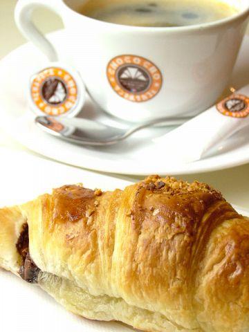 ご注文をお伺いしてから豆をひくこだわりのコーヒーと、常時7~9種類の焼き立てのパン