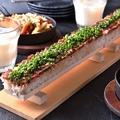 料理メニュー写真全長50cmのド迫力!馬肉ロングユッケ寿司