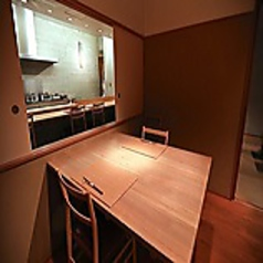 お席は仕切りで区切られておりますので、周りを気にせずにゆっくりとお食事をご堪能いただけます。