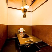 ≪ソファー席完備≫入り口すぐのお席はシックでモダンな落ち着いたテーブル席です♪フカフカのソファーなので長居しやすいお席です♪