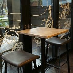 窓際の明るいテーブル席。春や秋は窓を開けて開放的な空間でお食事を楽しんでいただけます。