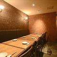 完全個室としてご利用できるテーブル席。8名~貸切可能。最大12名様までOK!!居酒屋というよりは和の雰囲気が漂うシック内装と照明が◎スタッフさんのサービスのよさも人気の秘密。