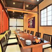 【10名様個室】昔からのお友達やお仕事仲間、同僚、ご家族、サークルやゼミの飲み会など幅広いシーンでご利用いただける個室です。当店自慢のラインナップの日本酒・焼酎とコースとご一緒に、楽しいひと時をお楽しみくださいませ。