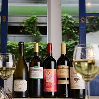 地中海の風の中、明るいワインで乾杯…