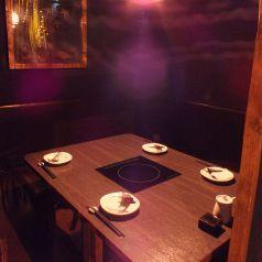 最大5名でテーブルを囲んで食事ができる個室。配席はコの字になります。扉の代わりに簾を使用し、そこから覗くシャンデリアが幻想的な雰囲気を醸し出しています。(京都駅 居酒屋 和食 海鮮 日本酒 飲み放題 個室 接待 宴会 女子会 誕生日 記念日)