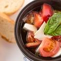 料理メニュー写真トマトとモッツァレラのアヒージョ