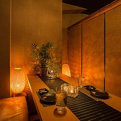 【六本木×個室居酒屋】六本木ではカップルシートもご用意しております。六本木の空間を独り占めするような贅沢な個室席をご用意いたします♪六本木でのデートや誕生日・記念日のお祝いにぜひ完全個室居酒屋九州料理さつきをご利用ください♪誕生日や記念日のお客様にはメッセージ付ホールケーキをご用意◎六本木個室居酒屋