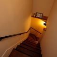 1Fから2Fへと続く階段を上から。可愛いぬいぐるみが置いてありますね♪