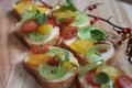 料理メニュー写真おしゃれなトマトのガーリックトースト