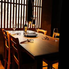 雰囲気抜群のテーブル個室。プライベート感たっぷりで周りを気にせず肉を愉しめます。