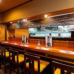 お一人様でも気軽にお立ち寄りいただけるカウンター席は、最大6名様までご利用いただけます。お仕事帰りの一杯や友人・知人とのお食事、デートやご夫婦でのお食事などにもおすすめのお席です。