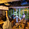 【レイアウト自由】テーブルは人数に合わせて結合も可能◎お席の配置などお気軽にご相談ください! 笑顔が素敵なスタッフがお客様にも笑顔を届けます!外国のお客様も大歓迎ですので、お気軽にお越しください!