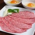 料理メニュー写真極旨!!牛トロ肉炙り焼き (生卵2個付き)