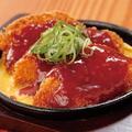 料理メニュー写真鉄板チキンカツ -赤ソース-