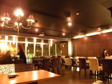 大きく開放的な窓に半個室やソファー席。デートや各種宴会にラグジュアリー空間を