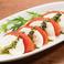 料理メニュー写真トマトと北海道モッツァレラのカプレーゼ