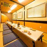 【約20名様までのお席の例】ゆったり配席しているので、急に人数が増えても、この部屋で24名ぐらいまでテーブルを繋げば何なりと座れますので、ご安心ください。