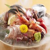 日本海直送の朝獲れ新鮮な旬のお魚を揃えてお待ちしております。ボリュームも味も申し分なし!大人数様でも満足頂ける飲み放題付き宴会プランも多数ご用意しております。自慢の新鮮食材を使用した絶品料理に舌鼓を打ちながら、当店で特別なひとときをお過ごしください。絶品料理がテーブルを華やかに囲みます!