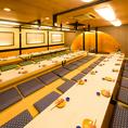 【本館団体様例】ゆったり配席しているので、急に人数が増えても、この部屋で60名ぐらいまでテーブルを繋げば何なりと座れますので、ご安心ください。最大宴会場は120席