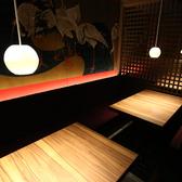 広々とした空間のテーブル席を完備しております。落ち着いた照明で「大人向き」なエリア。お席は壁で仕切りがあるので、お隣は全く気になりません。(※扉はないので完全個室ではありません)人気の手羽先とこだわりの日本酒とご一緒にごゆっくりご堪能くださいませ。ご希望のお席がございましたらお問合せください。