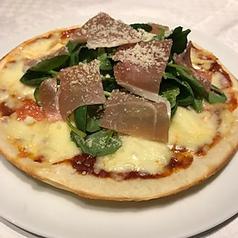 料理メニュー写真生ハム&ルッコラピザ