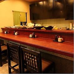 本日のおすすめ一品料理がずらりと並ぶカウンター席。おひとりさまでご来店の方はぜひご利用ください♪