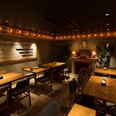 【テーブル】有名デザイナーが手掛けるお洒落な肉バル空間★片側ソファータイプのテーブル席は仲間との食事や女子会・誕生日にも◎