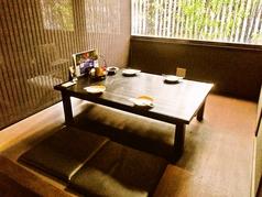 店内は竹に囲まれた和モダンな空間。昼間は明るく、夜は雰囲気の良い店内でデートや接待にもお使い頂けます。