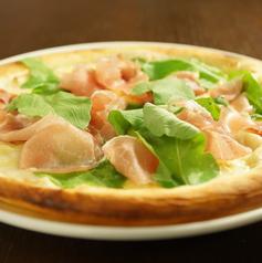 生ハムとルッコラのクリーミーピザ