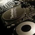 DJ機材も完備。持ち込みの音源も流せます。照明演出も華やかにできますので空間の雰囲気も◎サプライズでLIVEなどの演出も楽しいですね♪