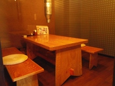 2名様座れるテーブル席が4卓/4名席と一緒にして、最大50名までの宴会可能。