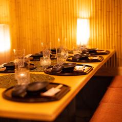 【4名~6名様テーブル】開放的な造りでゆったりとお過ごし頂けるお席となっています。お席のみのご予約も受付中!新宿駅徒歩1分!駅近で集まりやすい立地♪周りを気にせず楽しめる空間で、最高のひと時を過ごしてみませんか?