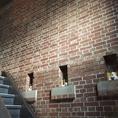 店内1階から2階への階段です。壁も煉瓦造りとなっております。