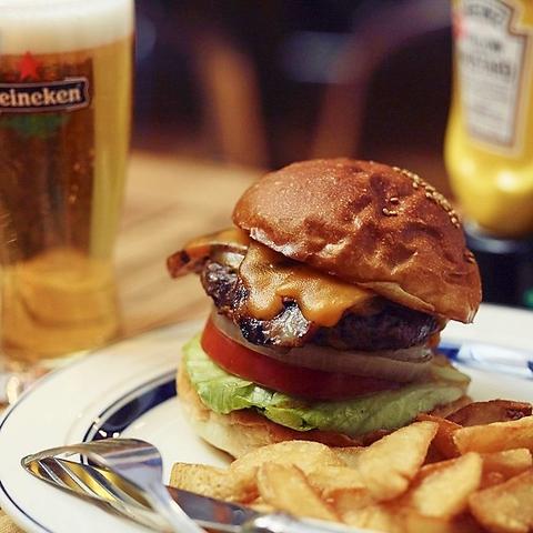 世田谷公園の目の前!天気のいい日はテラスでも♪美味しいハンバーガーを召し上がれ☆