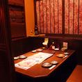 【落ち着ける和空間】落ち着いた和の空間でおもてなし。様々なシーンでご利用いただける個室席をご用意しております。その他にもテーブル席や個室などお仕事終わり・2次会などにもご利用いただけます。静岡の海の幸や静岡の銘酒、日本酒もお愉しみいただけます。