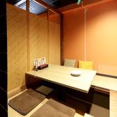 【2F・掘りごたつ半個室】4名様席で仕切られた半個室を3部屋ご用意しています。掘りごたつ席ですので、足を伸ばしてリラックスできます。デートや、少人数での飲み会・お食事会にご利用ください。