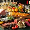 各種宴会・飲み会にオススメの飲み放題付宴会コースは4000円~ご用意。旬の野菜や鮮魚、熟成肉を使用したイタリアンと相性の良いお酒をお楽しみいただけます♪記念日にオススメのサプライズ特典付コースもございます♪梅田で飲み会などの各種宴会、お祝いの席に是非ご利用ください!