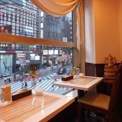●お一人様にオススメ●大きなガラス張りの窓から、渋谷を一望できる開放的お席です。周りの目を気にることなくお食事やカフェタイムをお楽しみ頂ける人気のお席です。都会的な雰囲気とインドの異国情緒の狭間にある絶妙な空間です。お荷物をお入れするかごもご用意しておりますのでゆっくりくつろぐことが出来ますよ♪