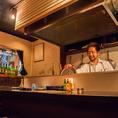 目の前で調理するところを見られるオープンキッチン