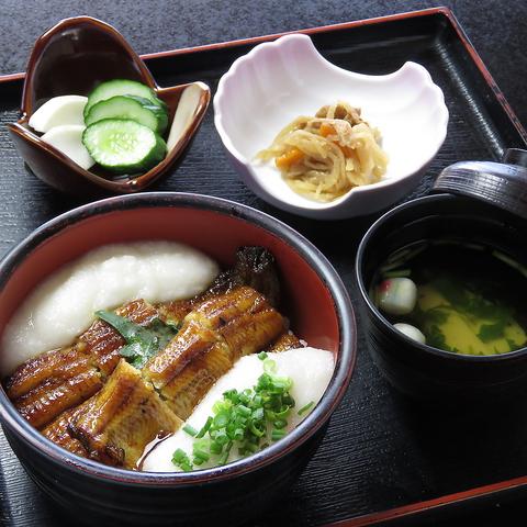 季節によって変化する日本庭園を見ながら自慢のうなぎと川魚料理をご堪能ください。
