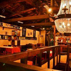 シャンデリアが印象的な2Fのパーティ空間