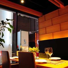 窓側のお席は人気の席の一つ!新宿の町並みを横目にお食事を!