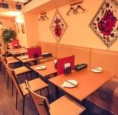 2名様がけのテーブル席が全部で9卓。すべてのテーブルが組み合わせ可能なので、2名様から18名様までの着席が可能です。