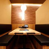 職場のお集まりチームの飲み会など、腰を据えて飲みたい日にはボックス席がオススメ!こちらは最大6名様まで着席可能で、テーブルにはIHコンロを2口設置。2色鍋を2つ注文すれば、計4種のお出汁を同時に味わうことができます!大きなテーブルに料理やお酒を目一杯並べて、賑やかなご宴会をお楽しみください♪