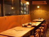 落ち着いた店内の雰囲気を味わえるテーブル席は仕切りも有り!