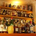 手作りの壁棚にはオーナーこだわりの洋酒が所狭しに並んでいます。